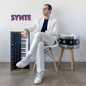 "Escucha el debut de SYNTE, con su primer single ""Vibra""."